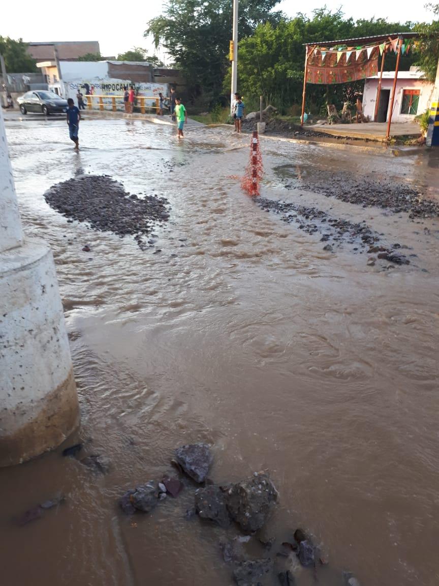 Rompe gasera línea de conducción de concreto de la Jumapam, provocando enorme fuga