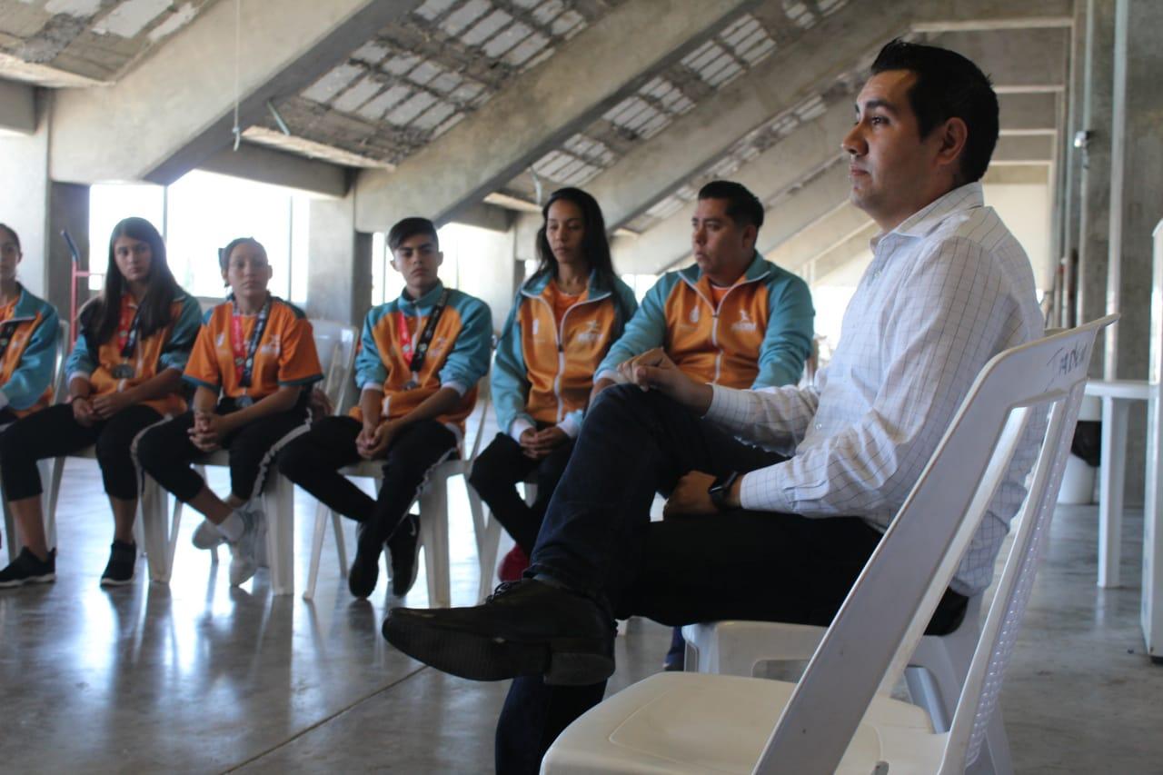 Recibe Humberto Álvarez a taekwondoínes en visita de agradecimiento