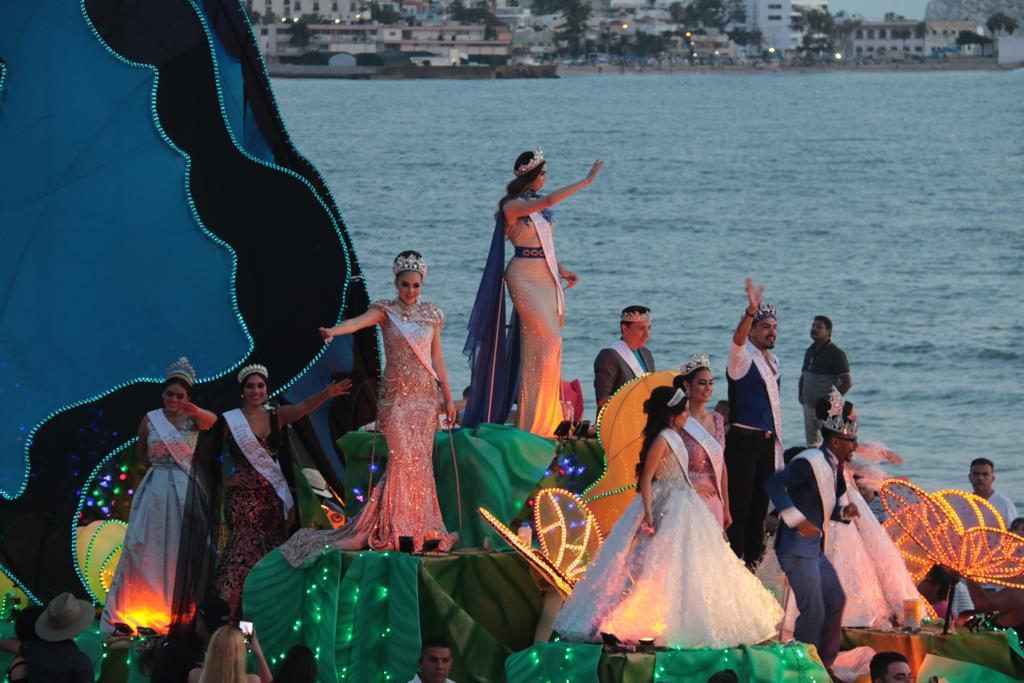 Disfrutan turistas y locales gran desfile del Mazatlán Fest 2019