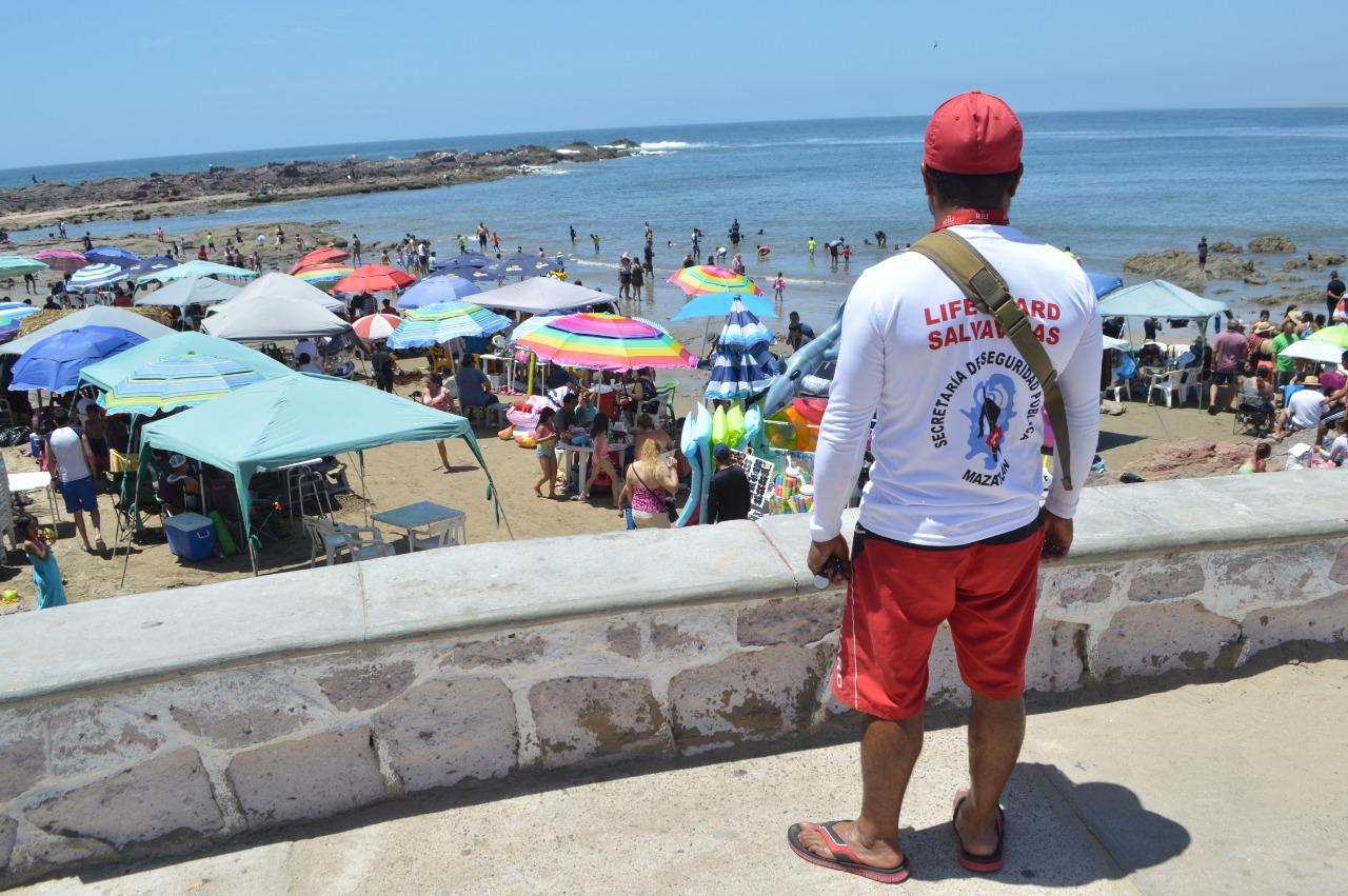 Salvavidas extreman vigilancia en playas durante la contemplación del sábado de Gloria