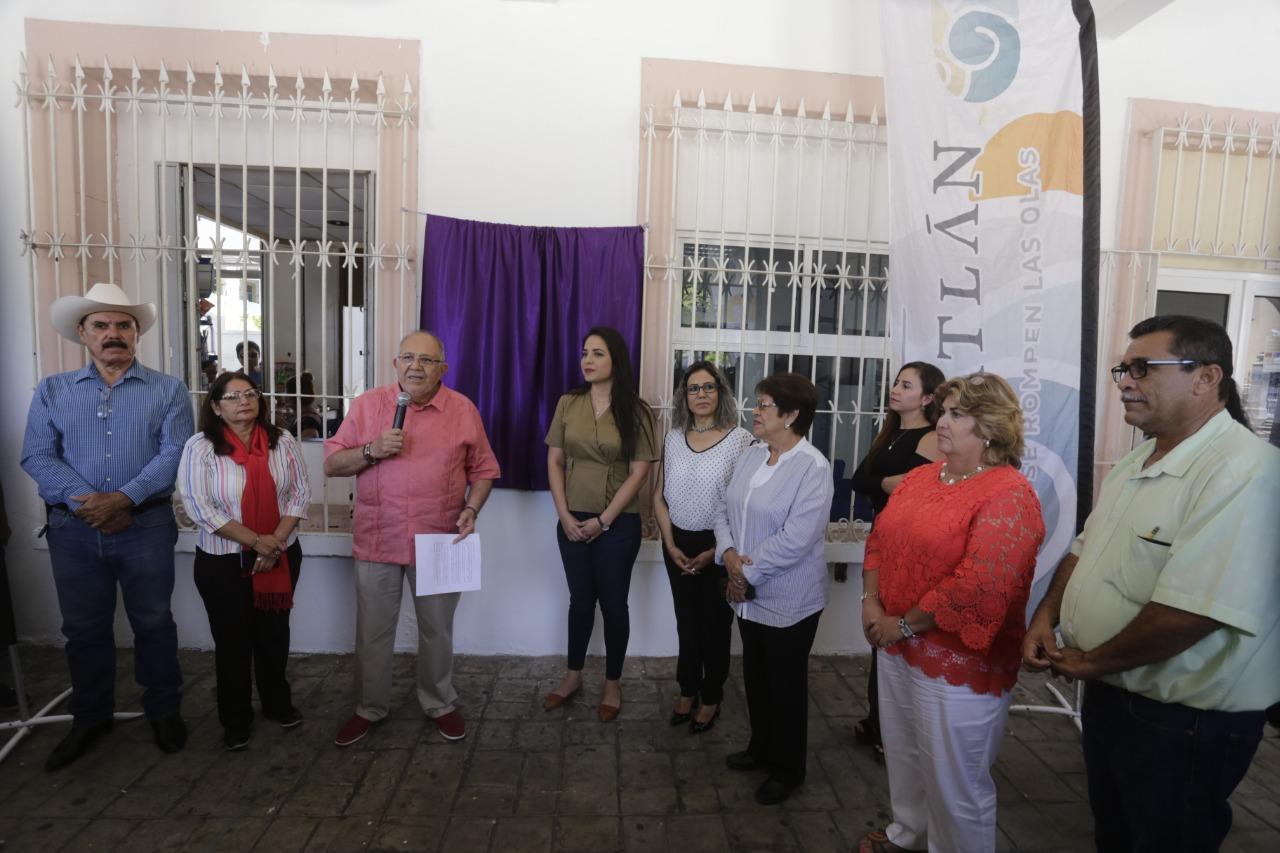 Develan en el Ayuntamiento placa que simboliza la política de inclusión del Gobierno de Mazatlán