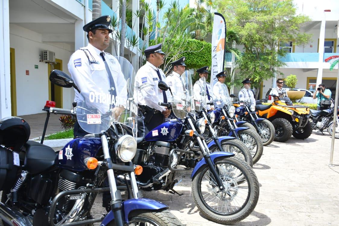 QUIMICO BENITEZ ENTREGA MOTOCICLETAS A TRÁNSITO MUNICIPAL, INGRESOS Y OFICIALIA MAYOR