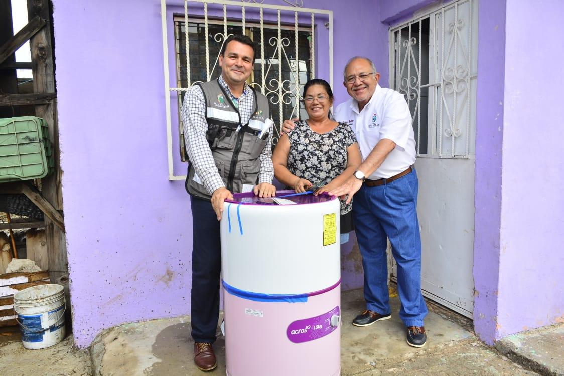 Vecinos de la 20 de Noviembre reciben enseres domésticos