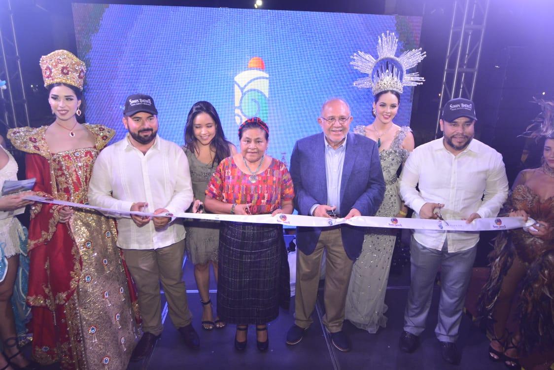 La Doctora Rigoberta Menchú, premio Nobel de la Paz, inaugura el stand de Mazatlán en Playa del Carmen