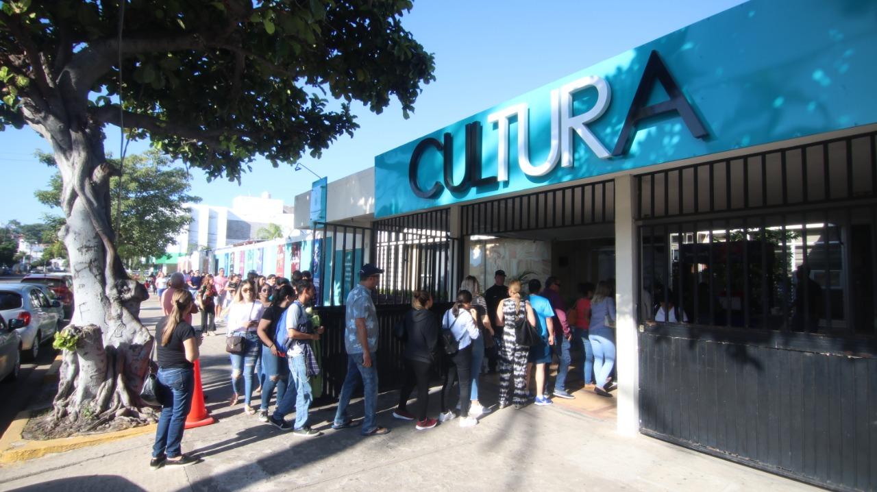 Mazatlecos abarrotan taquillas para venta de boletos del Carnaval 2020