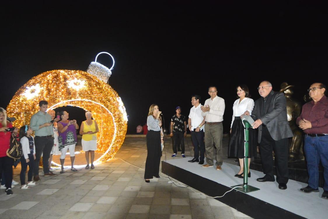 La magia de la Navidad ilumina la franja turística de Mazatlán