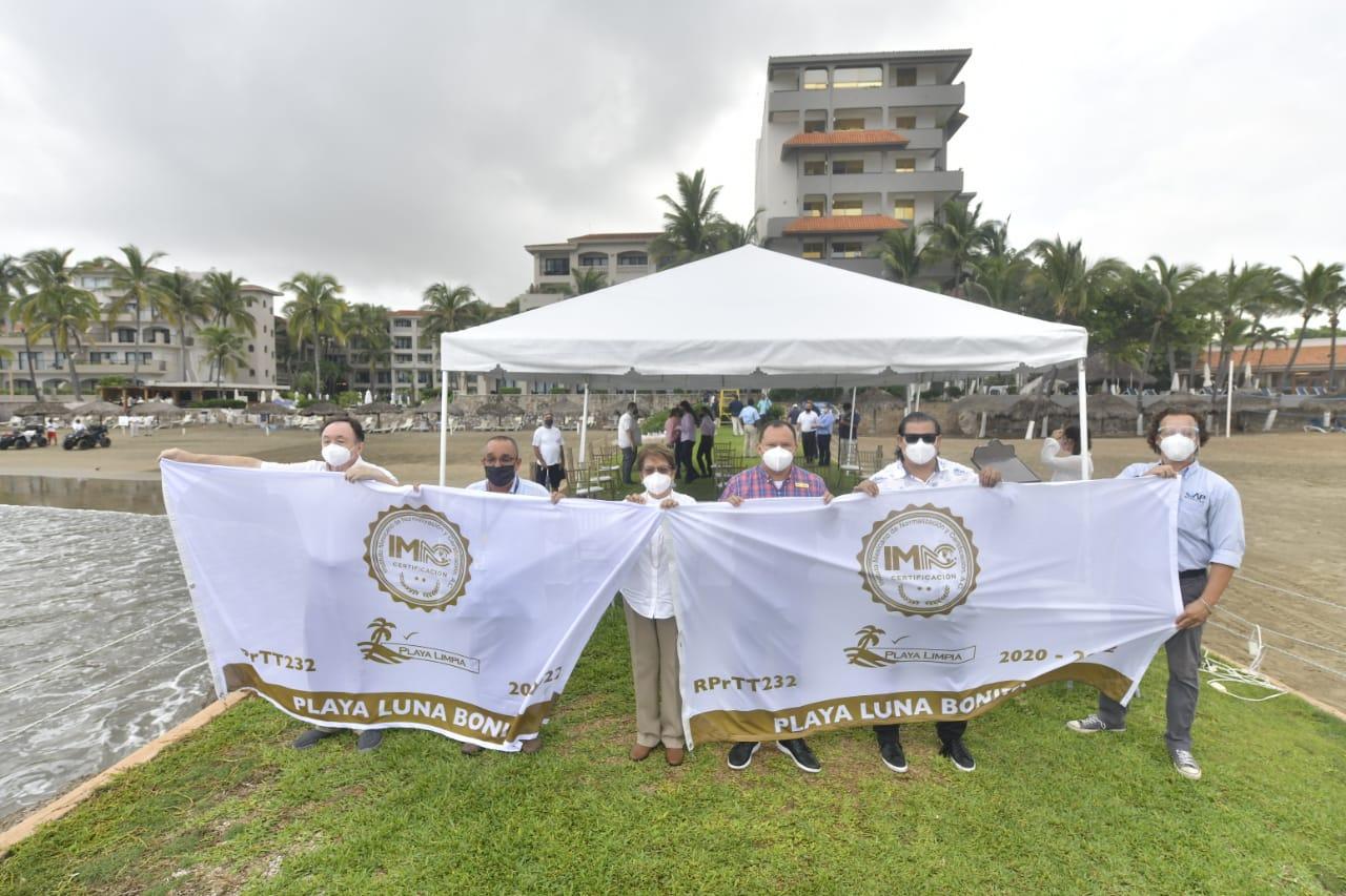"""Entrega Gobierno de Mazatlán bandera blanca de """"Playa Limpia"""" a Luna Bonita"""