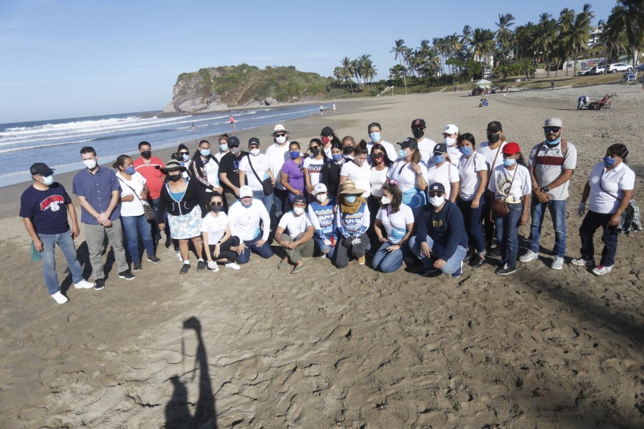 Retiran OAP y Dirección de Servicios Médicos Municipales 65 kilogramos de basura de Playa Luna Bonita