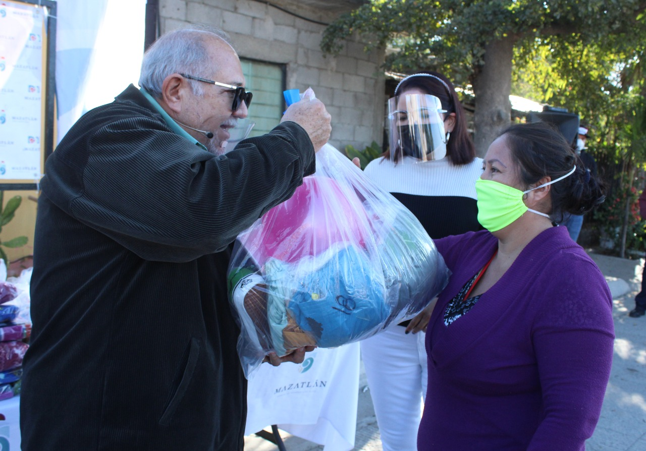 Llegan apoyos invernales y despensas a familias vulnerables de La Sirena