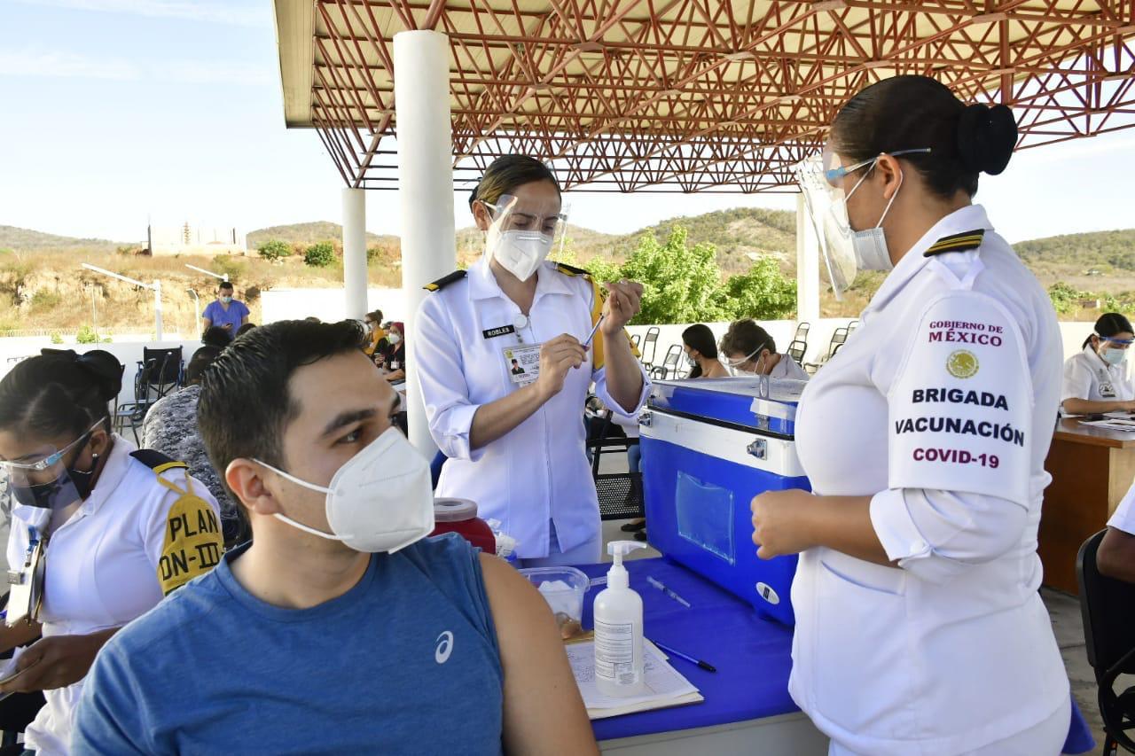 Vacunan contra Covid a personal del Hospital 'Margarita Maza de Juárez'