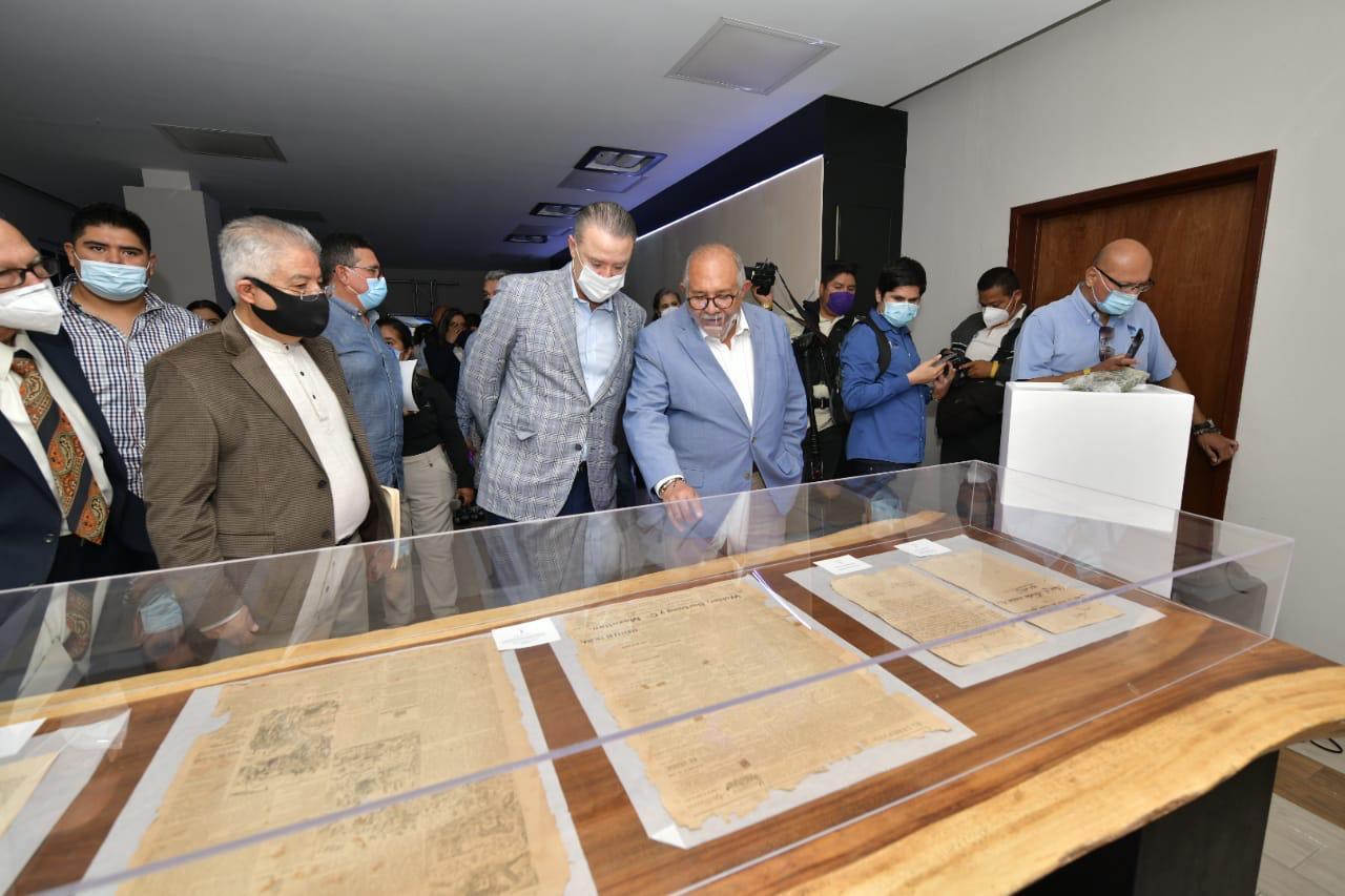 Inauguran Quirino Ordaz y Benitez Torres muro interactivo en el Archivo Histórico de Mazatlán