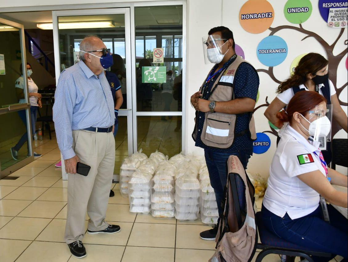Lleva el Químico Benitez comida a voluntarios 'Correcaminos'